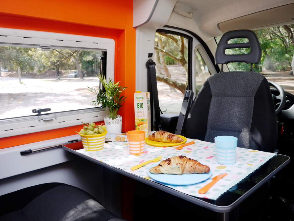 FUNCAMPERS - Campervan Orange County. A mesa está posta!